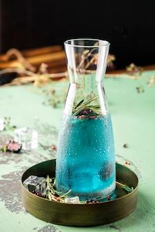 Smaczna limonada z likierem blue curacao