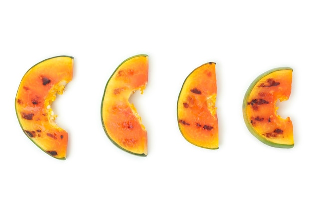 Smaczna papaja z grilla na białym tle.