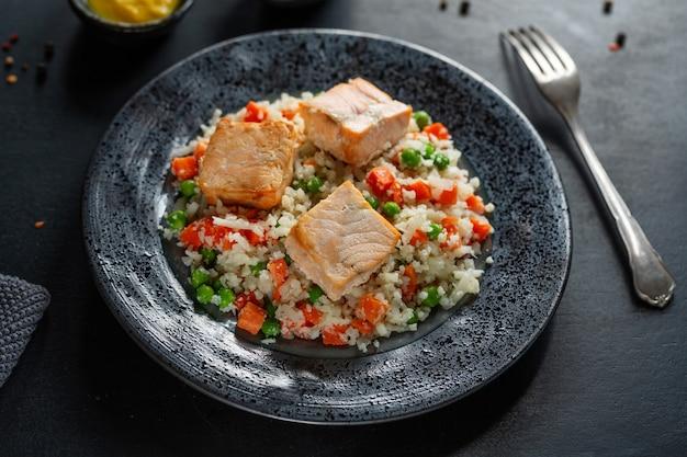 Smaczna pieczona ryba z faszerowanymi warzywami na talerzu na diecie niskowęglowodanowej