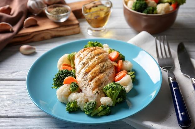 Smaczna pierś z kurczaka i warzywa na talerzu