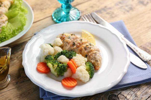 Smaczna pierś z kurczaka z warzywami na talerzu
