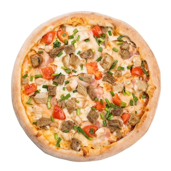 Smaczna pizza margherita włoskie jedzenie, na białym tle. pizza włoskie jedzenie, widok z góry.