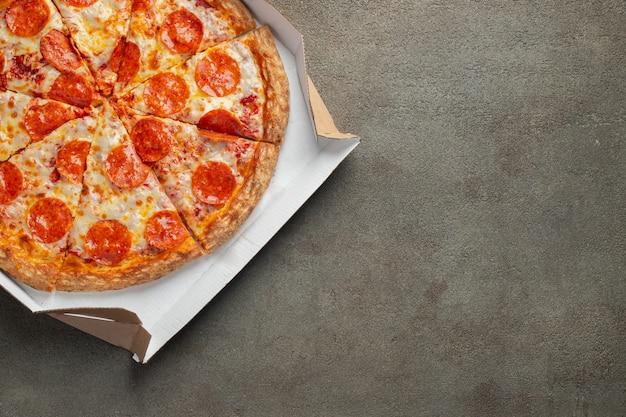 Smaczna pizza pepperoni.