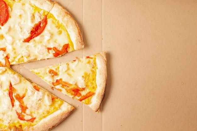 Smaczna pizza w pudełku