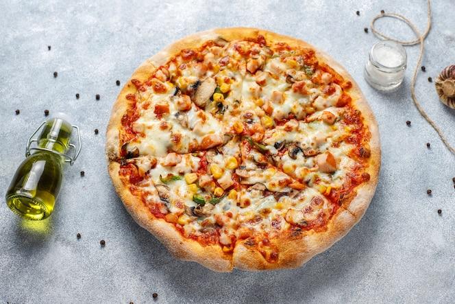 Smaczna pizza z kurczaka z pieczarkami i przyprawami