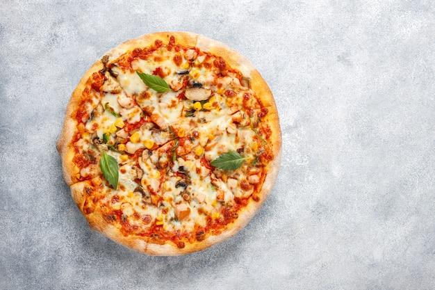 Smaczna pizza z kurczakiem z pieczarkami i przyprawami