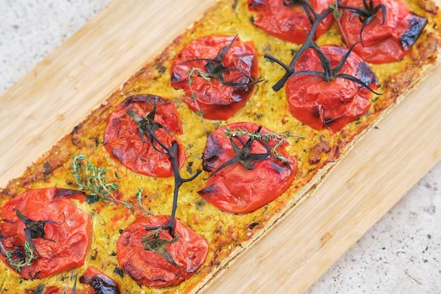 Smaczna pizza z pomidorami i świeżym tymiankiem