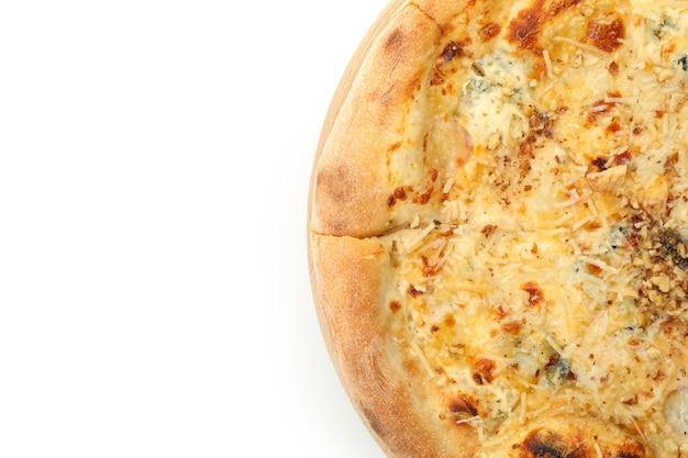Smaczna pizza z serem na białym tle