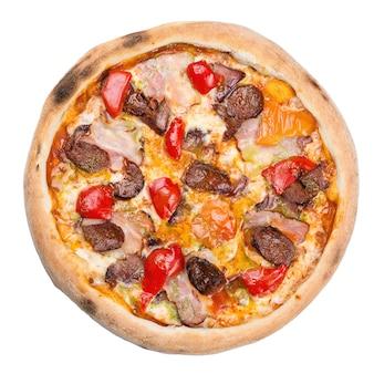 Smaczna pizza z serem, salami, boczkiem, sosem pomidorowym i papryką. włoska pizza, na białym tle.