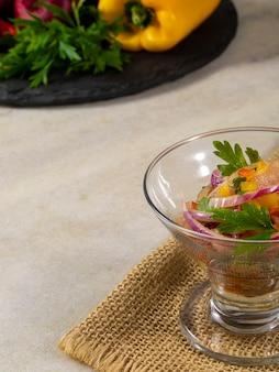 Smaczna ryba ceviche gastronomia z owocami morza.