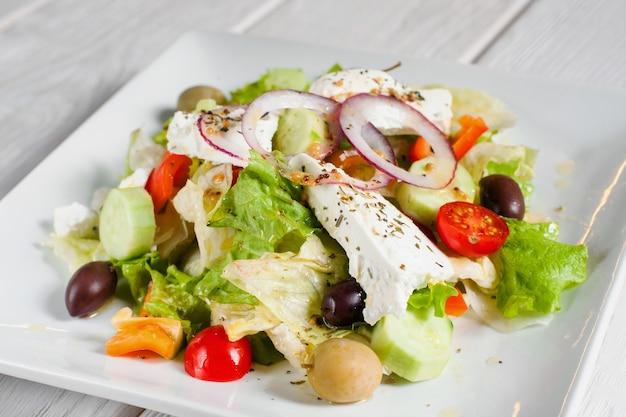 Smaczna sałatka jarzynowa z fetą i oliwkami