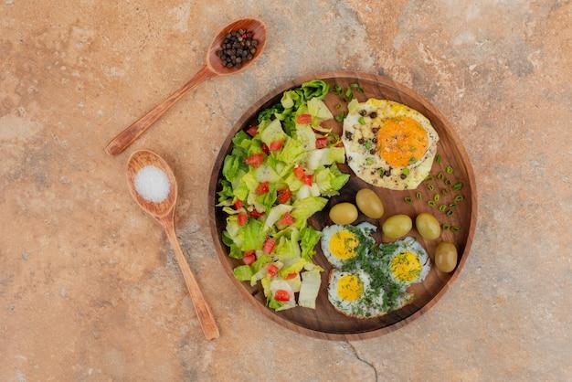 Smaczna sałatka z jajkami na desce.