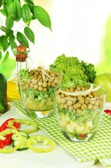 Smaczna sałatka ze świeżymi warzywami na drewnianym stole