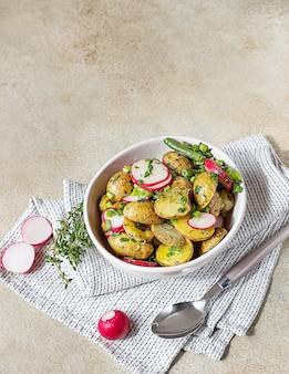 Smaczna sałatka ziemniaczana na gorąco z zieloną fasolką, rzodkiewką i ziołami