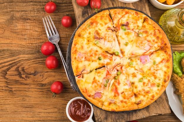 Smaczna świeża pizza z owocami morza na stole,
