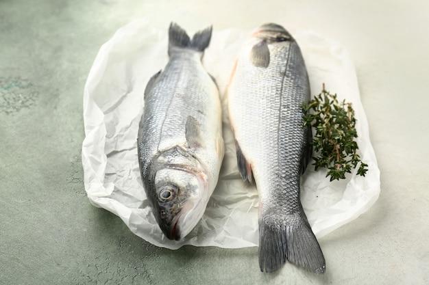 Smaczna świeża ryba okonia morskiego z tymiankiem na stole