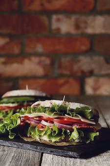 Smaczna wegańska kanapka na drewnianym stole