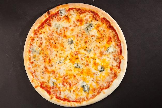 Smaczna włoska pizza z czterema rodzajami sera