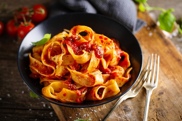 Smaczna włoska pizza z sosem pomidorowym i parmezanem