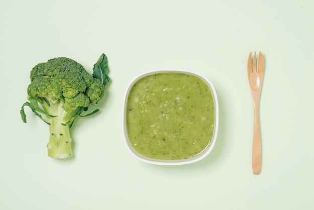 Smaczna zupa brokułowa na zielonym tle