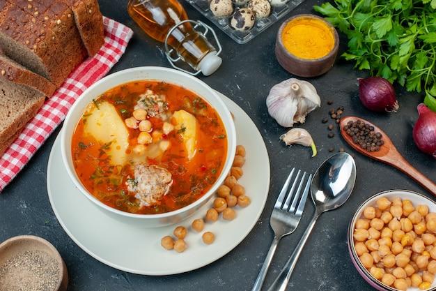 Smaczna zupa mięsna z widokiem z góry składa się z mięsa ziemniaczanego i fasoli na ciemnym tle
