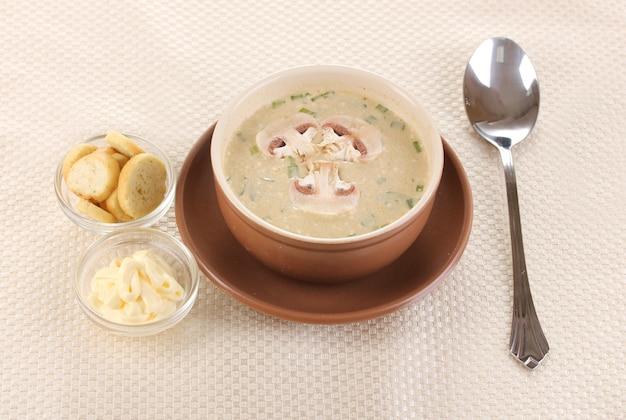 Smaczna zupa na beżowym obrusie