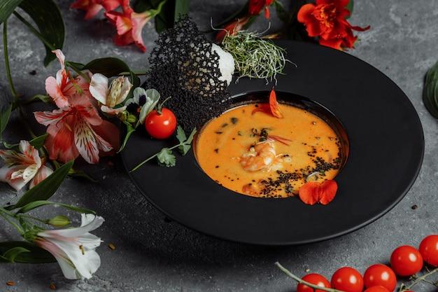 Smaczna zupa tom yum z krewetkami i mlekiem kokosowym