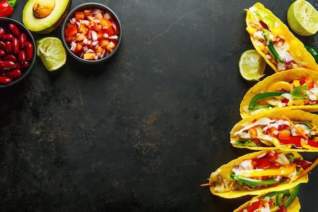 Smaczne apetyczne tacos z warzywami