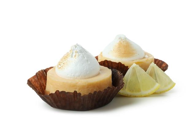 Smaczne babeczki cytrynowe na białym tle