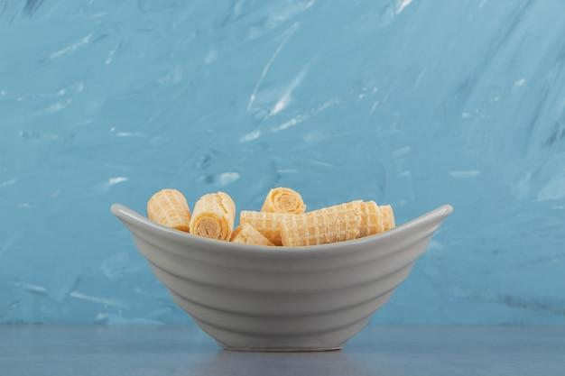 Smaczne bułki waflowe w ceramicznej misce.