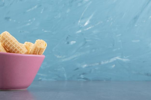 Smaczne bułki waflowe w różowej misce.