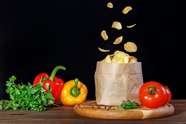 Smaczne chipsy w opakowaniu. papryka i pomidory.