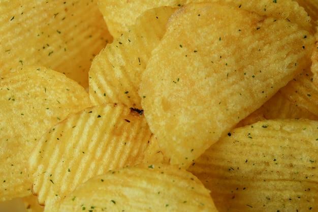 Smaczne chipsy ziemniaczane na całej powierzchni, z bliska