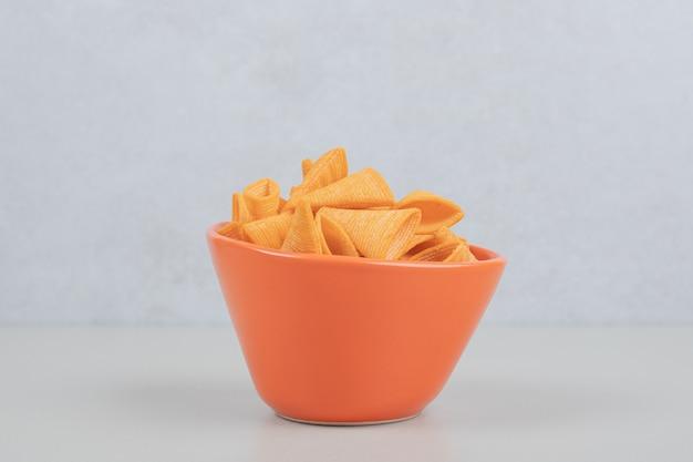 Smaczne chrupiące frytki w pomarańczowej misce