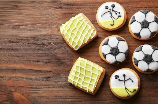 Smaczne ciasteczka piłkarskie na drewnianym