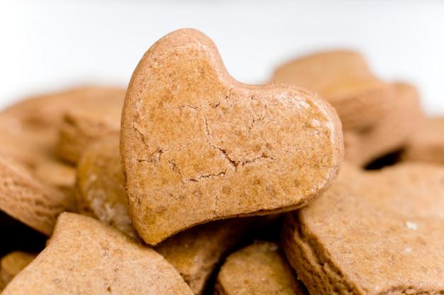 Smaczne ciasteczka w kształcie serca, zbliżenie, świeża piekarnia