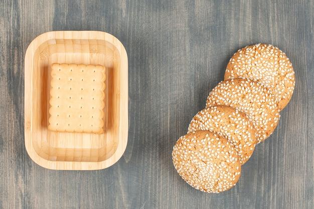 Smaczne ciasteczka z bułeczkami na drewnianym stole. wysokiej jakości zdjęcie