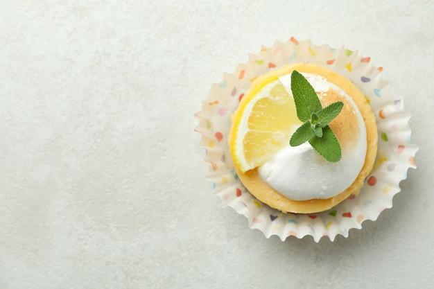 Smaczne ciastko cytrynowe na białym stole z teksturą