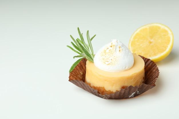 Smaczne ciastko cytrynowe na białym tle, miejsce na tekst