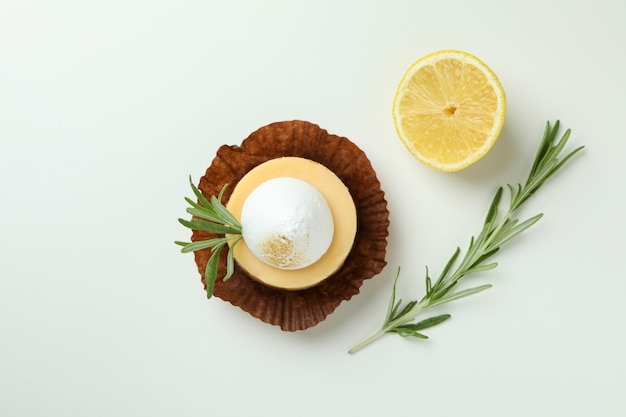 Smaczne ciastko cytrynowe na białym tle, widok z góry
