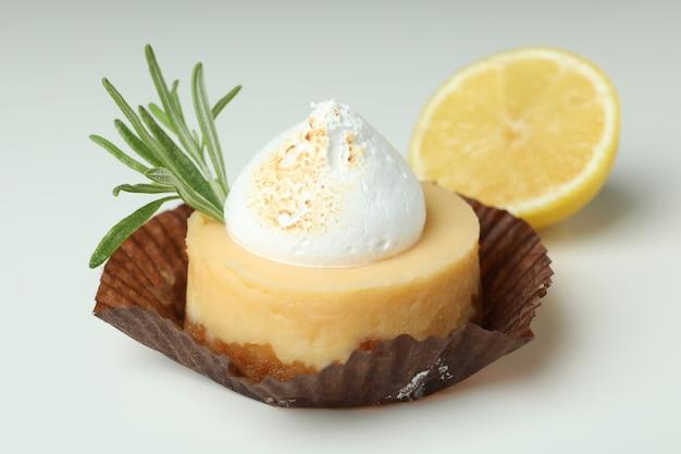 Smaczne ciastko cytrynowe na białym tle, z bliska