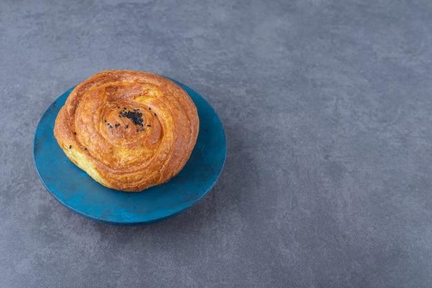 Smaczne ciastko gogal na talerzu, na marmurze.