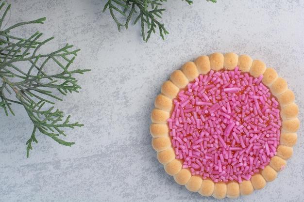 Smaczne ciastko z tryskaczami na szarym tle. zdjęcie wysokiej jakości