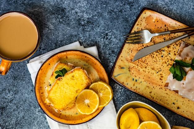 Smaczne ciasto cytrynowe ze składnikami