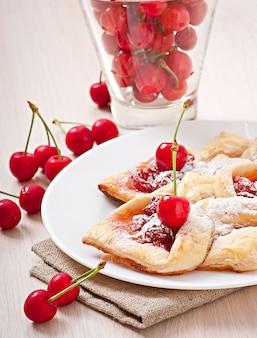 Smaczne ciasto francuskie ze słodką wiśnią