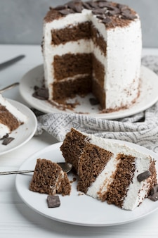 Smaczne ciasto na białym talerzu