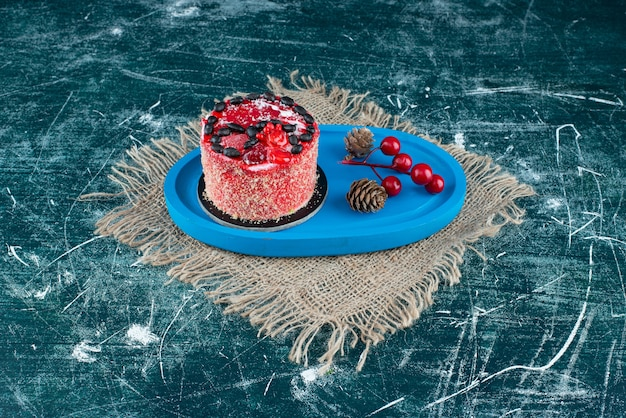 Smaczne ciasto owocowe z bożonarodzeniowymi szyszkami na worze. zdjęcie wysokiej jakości