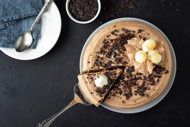 Smaczne ciasto ozdobione kremem i gorzką czekoladą