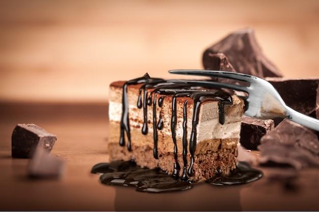 Smaczne ciasto tiramisu na tle