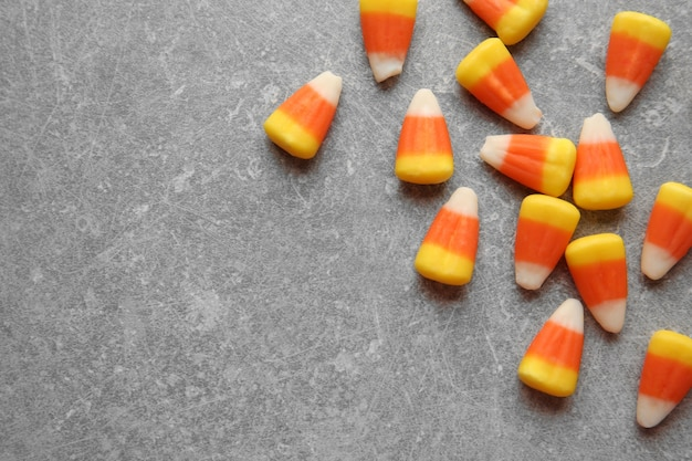 Smaczne cukierki halloween na jasnym tle